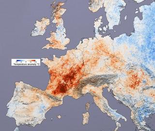유달리 더웠던 2003년 유럽. 검붉은 곳일수록 2000년에 비해 더 더웠던 곳이다. - 위키미디어 제공